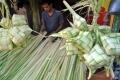 foto permintaan cangkang ketupat meningkat